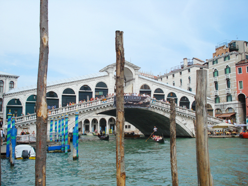 The Realto Bridge, Venice ……………… (why did I write Venice?) ……it's not like you are thinking, oh, is that the Realto bridge in Venice or the one in Ohio?